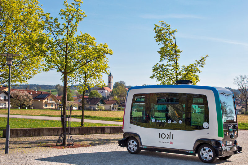 Autonomer Bus mit Bad Birnbach Kirchenturm